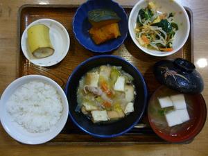 今日のお昼ごはんは、厚揚げと白菜の塩炒め、中華和え、かぼちゃ煮、味噌汁、果物です。