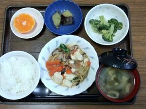 今日のお昼は、肉豆腐、和え物、さつま芋煮、味噌汁、果物です。