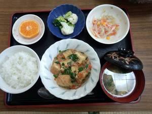 今日のお昼ごはんは、家常豆腐、中華和え、温野菜、味噌汁、果物です。