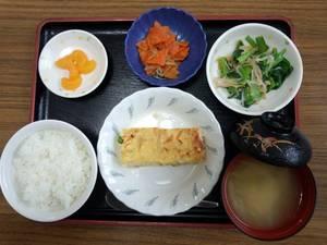 今日のお昼ごはんは、擬制豆腐、なめたけ和え、じゃこ人参、味噌汁、果物です。