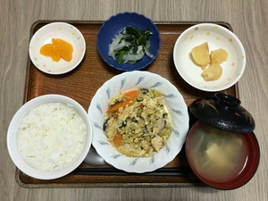 今日のお昼は、親子煮、酢の物、じゃが煮、味噌汁、果物です。