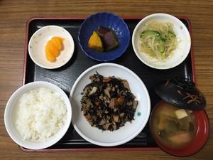 今日のお昼は、磯炒め、わさび和え、煮物、味噌汁、果物です。