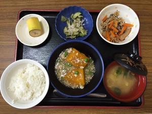 今日のお昼ごはんは、かぼちゃそぼろあん、梅和え、切干煮、味噌汁、果物です。