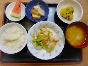 今日のお昼ごはんはささみの湯引き さつまいもサラダ 含め煮  味噌汁 くだものです。
