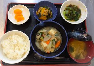 今日のお昼ごはんは、けんちん煮、和え物、カボチャ煮、味噌汁、果物です。