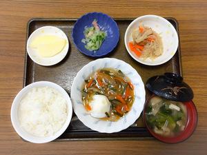 今日のお昼ごはんは、落とし卵の野菜あんかけ、煮物、和え物、みそ汁、果物です。
