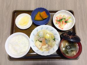 今日のお昼ごはんは、厚揚げと白菜の塩炒め、和え物、かぼちゃ煮、みそ汁、果物でした。