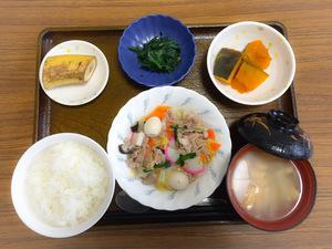 今日のお昼ごはんは、八宝菜、かぼちゃ煮、お浸し、みそ汁、果物です。