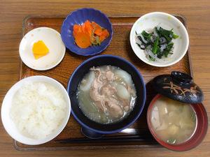 今日のお昼ごはんは、かぶと豚肉の治部煮、青菜和え、じゃこ人参、みそ汁、果物です。
