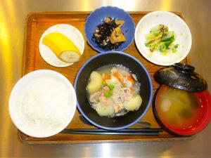 今日のお昼ごはんは肉じゃが  和え物  含め煮  みそ汁  果物です。