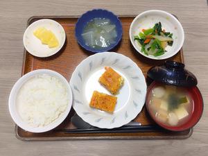 今日のお昼ごはんは、五目卵焼き、わさび和え、大根のくずあん、みそ汁、果物です。