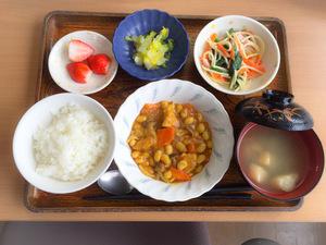 今日のお昼ごはんは、鶏肉と大豆のカレー煮、スパゲティサラダ、浅漬け、みそ汁、果物です。