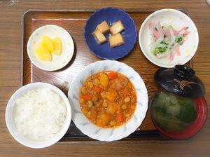 今日のお昼ごはんは、ポークビーンズ、大根サラダ、煮物、みそ汁、果物でした。