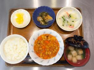 今日のお昼ごはんは、ポークビーンズ、大根サラダ、含め煮、みそ汁、果物でした。