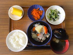今日のお昼ごはんは、塩肉じゃが、焼きのり和え、人参きんぴら、みそ汁、果物でした。