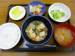 今日のお昼ごはんはあんかけ厚揚げ  じゃが炒め  浅漬け  みそ汁  くだものでした。