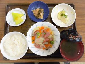 今日のお昼ごはんは、ウインナーと野菜のスープ煮、のり塩ポテト、含め煮、みそ汁、果物でした。