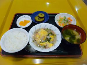 今日のお昼ごはんは中華風あんかけオムレツ  春雨サラダ  大学芋煮  みそ汁  くだものでした。