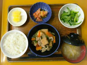 今日のお昼ごはんは、ナスと厚揚げのみそ炒め、ナムル、冷やしトマト、みそ汁、果物でした。