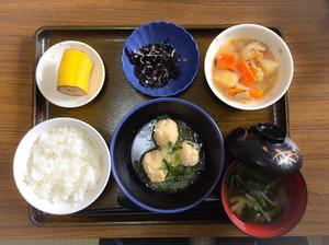今日のお昼ごはんは、つくねおろし煮、含め煮、ひじきの酢の物、みそ汁、果物でした。