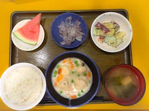 今日のお昼ごはんは、肉団子のクリーム煮、サラダ、ゆかり大根、みそ汁、果物でした。