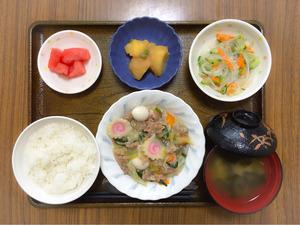 今日のお昼ごはんは、八宝菜、中華和え、じゃが煮、みそ汁、果物でした。