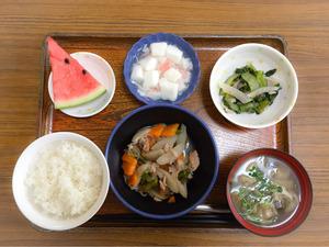 今日のお昼ごはんは、筑前煮、梅おかか和え、はんぺんのくずあん、みそ汁、果物でした。