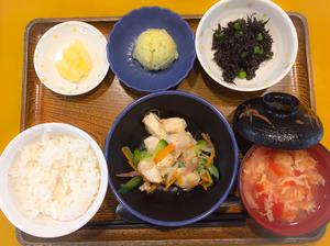 今日のお昼ごはんは、ささみの湯引き、コンソメポテト、ひじき和え、卵スープ、果物でした。