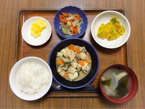今日のお昼ごはんは、入り豆腐、かぼちゃサラダ、浅漬け、みそ汁、果物でした。