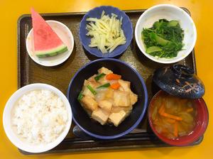 今日のお昼ごはんは、あんかけ厚揚げ、和え物、じゃが炒め、みそ汁、果物でした。