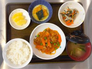 今日のお昼ごはんは、ポークケチャップ、かぼちゃミルク煮、浅漬け、みそ汁、果物でした。