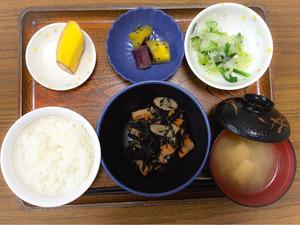 今日のお昼ごはんは、磯炒め、和え物、大学芋煮、みそ汁、果物でした。