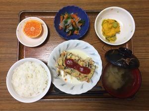 今日のお昼ごはんは、ツナハンバーグ、かぼちゃサラダ、和え物、みそ汁、果物でした。