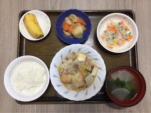 今日のお昼ごはんは、厚揚げと白菜の塩炒め、春雨サラダ、煮物、みそ汁、果物でした。