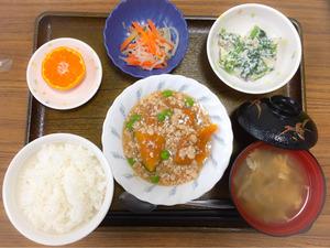 今日のお昼ごはんは、かぼちゃのそぼろあん、白和え、ナムル、みそ汁、果物でした。