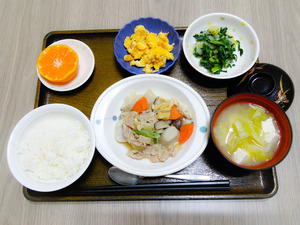今日のお昼ご飯は芋炊き、焼きのり和え、炒り卵、味噌汁、くだものでした。