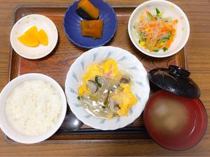 今日のお昼ごはんは、中国風あんかけオムレツ、春雨サラダ、含め煮、みそ汁、果物でした。