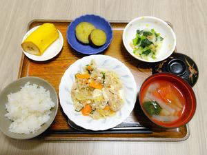 今日のお昼ご飯は、豚肉もやしのチャンプルー、和え物、さつま芋煮、トマトのスープ、くだものでした。