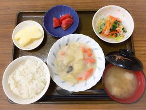 きょうのお昼ごはんは、クリームシチュー、サラダ、冷やしトマト、みそ汁、果物でした。