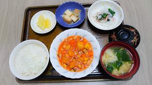 きょうのお昼ごはんは、ポークビーンズ、大根サラダ、煮物、みそ汁、果物でした。