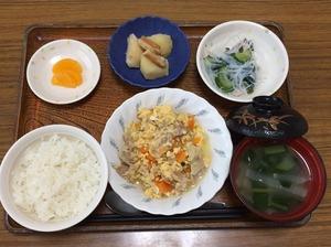 今日お昼ごはんは、豚肉と人参の卵とじ、春雨の酢の物、じゃが煮、みそ汁、果物でした。