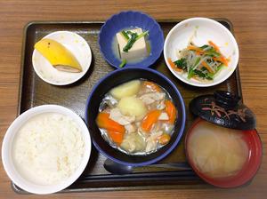 今日のお昼ごはんは、吉野煮、なめたけ和え、煮奴、みそ汁、果物でした。