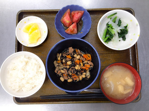 お昼です。今日のお昼ごはんは、五目大豆煮、和え物、冷やしトマト、みそ汁、果物でした。