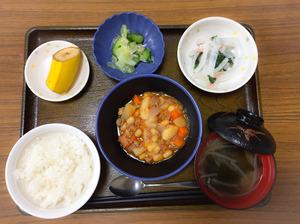 今日のお昼ごはんは、ポークビーンズ、大根サラダ、浅漬け、みそ汁、果物でした。