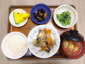 今日のお昼ごはんは、豚肉と厚揚げのみそ炒め、ひじき煮、わさび和え、みそ汁、果物でした。