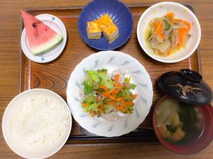 今日のお昼ごはんは、ゆで豚のポン酢和え、炒め煮、はんぺんのピカタ、みそ汁、果物でした。
