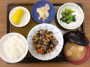 今日のお昼ごはんは、五目大豆煮、和え物、ツナじゃが、みそ汁、果物でした。