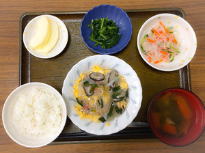 今日のお昼ごはんは、中華風あんかけオムレツ、春雨サラダ、わさび和え、みそ汁、果物でした。