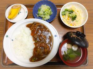 今日のお昼ごはんは、ハヤシライス、サラダ、浅漬け、みそ汁、果物でした。