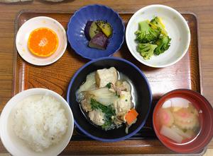 今日のお昼ごはんは、すき焼き風煮、和え物、大学芋煮、みそ汁、果物でした。